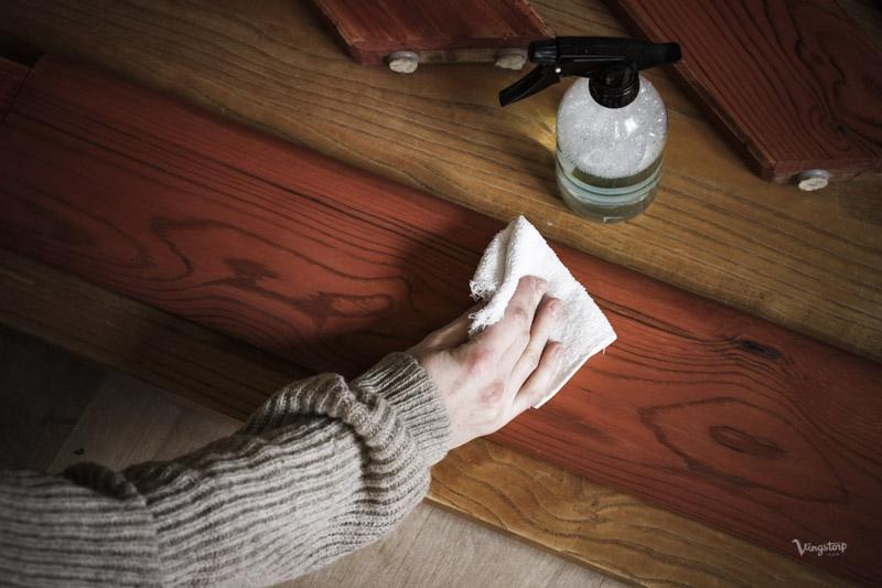 Tvätta med ph-neutralt rengöringsmedel innan målning med linoljefärg.