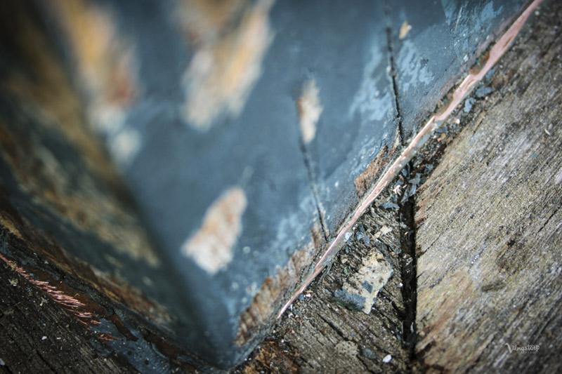 Kopparplåt under stolpar skyddar träet.
