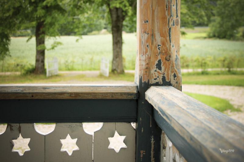 Närbild på stolpar och snickarglädje innan ommålning med linoljefärg