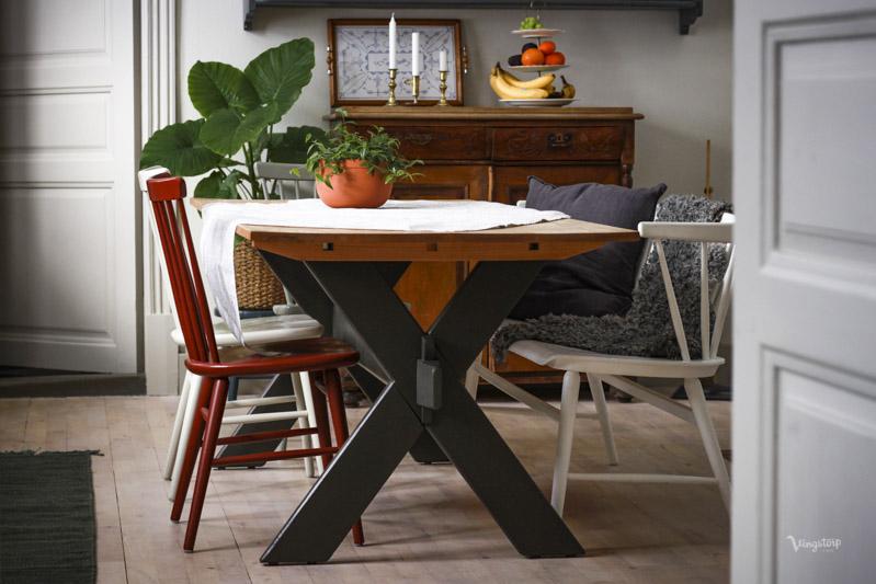 Kryssbord målat med linoljefärg i mörkgrå kulör.