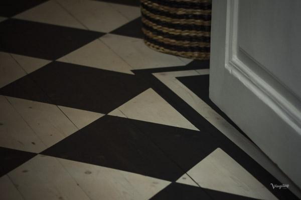Behandla golvet med linoljevax - Rutigt golv med fris.