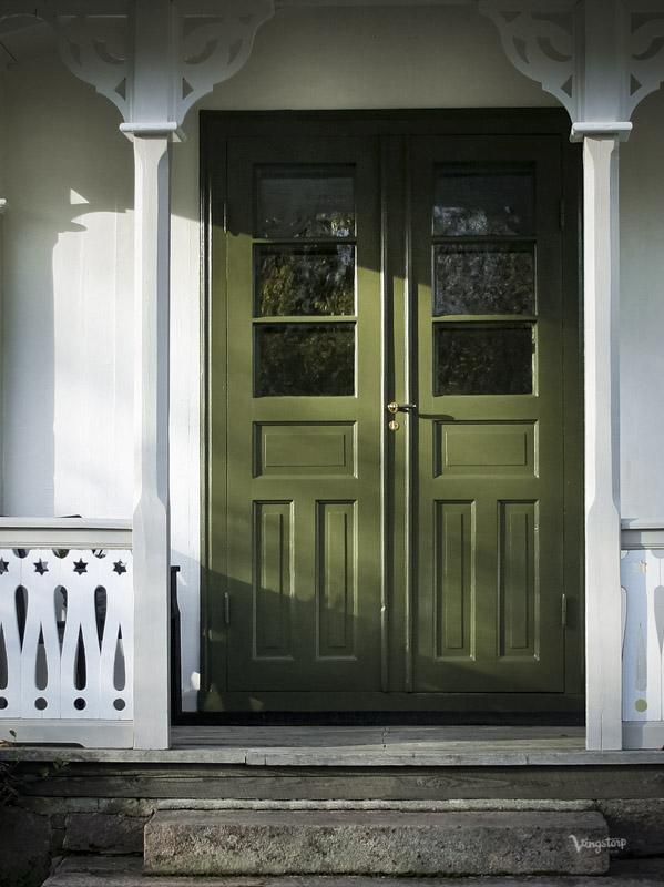 Ytterdörr målad med linoljefärg i grön kulör.