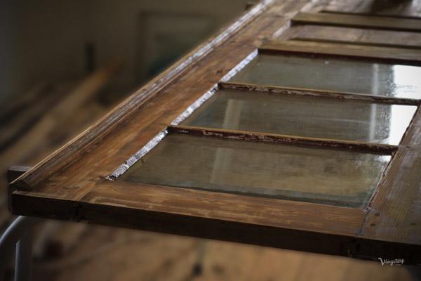 Renskrapad trädörr innan målning med linoljefärg.