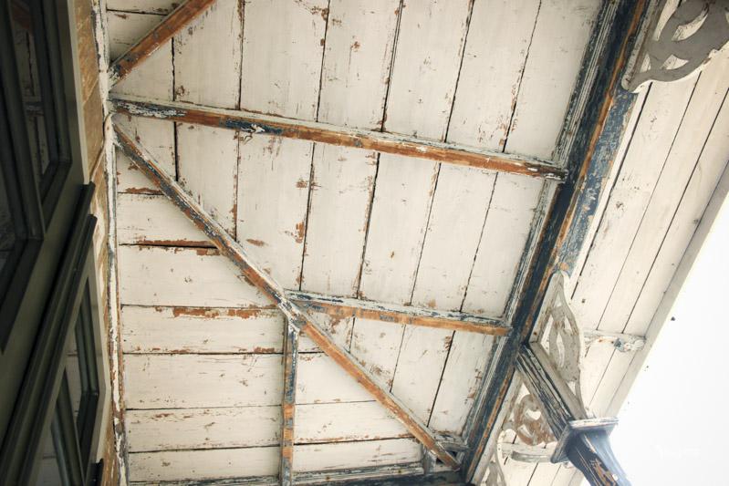 Skrapa verandatak innan ommålning med Linoljefärg.